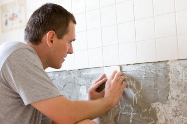 Как наклеить кафельную плитку на стены