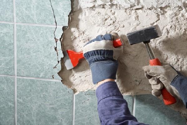 Начинать нужно с демонтажа старой плитки
