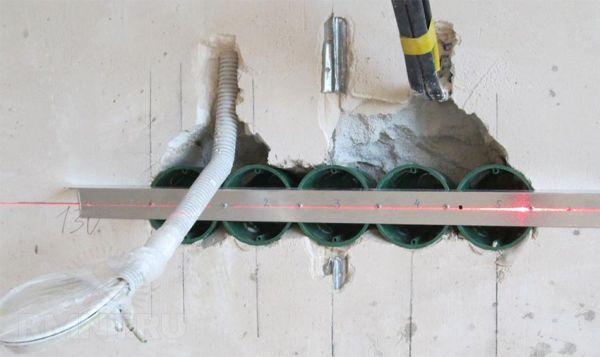 При монтаже электрической сети в ванной комнате проводку следует располагать скрытым способом