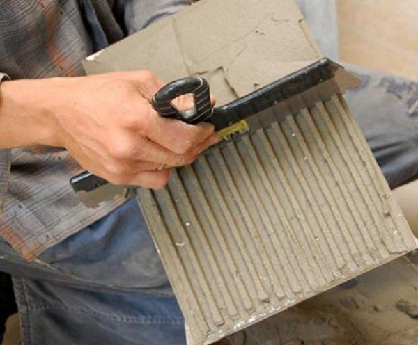 Правильно подобранная толщина слоя плиточного клея поможет сэкономить при укладке плитки