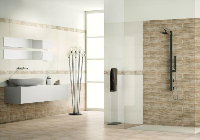 Интерьер ванной комнаты с комбинацией нескольких видов плитки