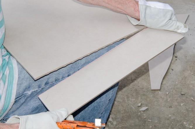 Надламывание плитки по линии разреза