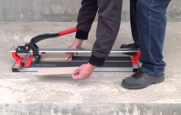 Самым простым и удобным инструментом, для разрезания плитки считается ручной плиткорез