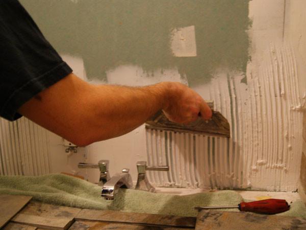 Выравнивание поверхности для укладки плитки