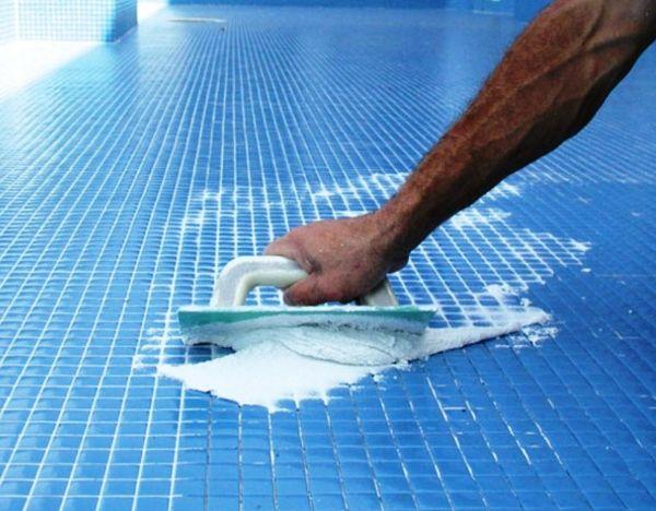 Смеси для заполнения швов в бассейнах, представлены четырьмя видами затирок