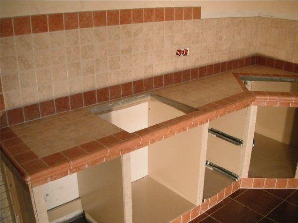 Это только на первый взгляд столешница на кухню из плитки, основа то у нее деревянная
