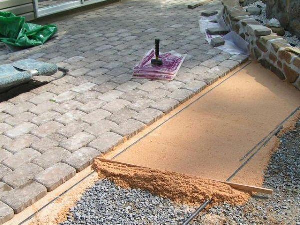 При установке бордюра для тротуарной плитки нужно строго соблюдать последовательность работ