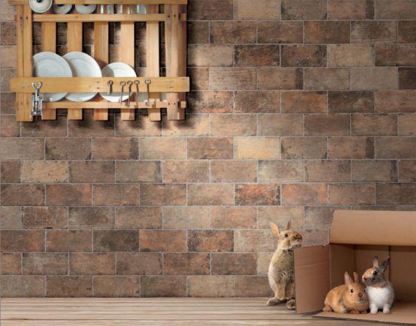 По своим характеристикам, методу кладки и толщине плитка под кирпич ничем не отличается от простой плитки