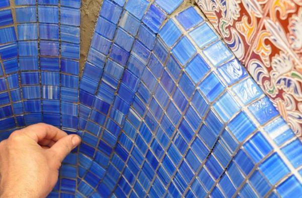 Мозаичная плитка позволяет создать художественное оформление в интерьере