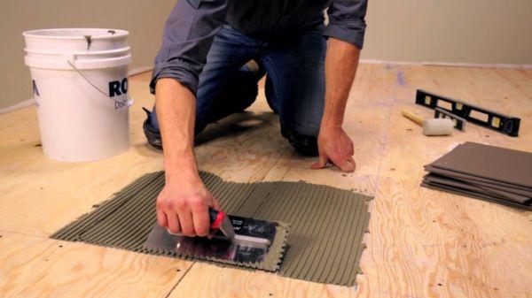 Для укладки плитки на деревянный пол лучше взять специальный клей