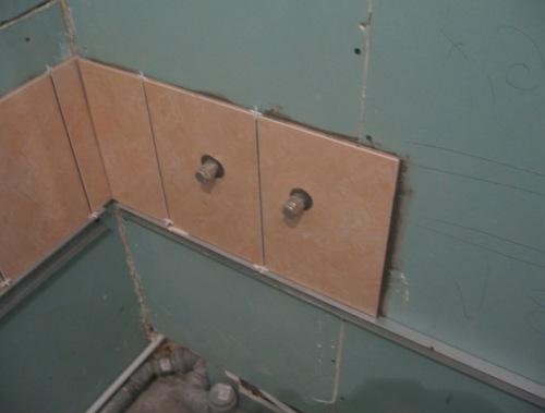 Чем шпаклевать гипсокартон перед укладкой плитки и на какой клей укладывать