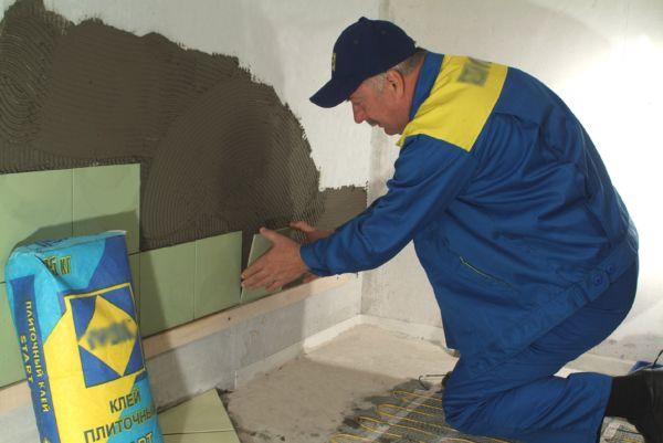 Прежде всего рекомендуется настилать плитки на полы, а затем облицовывать стены