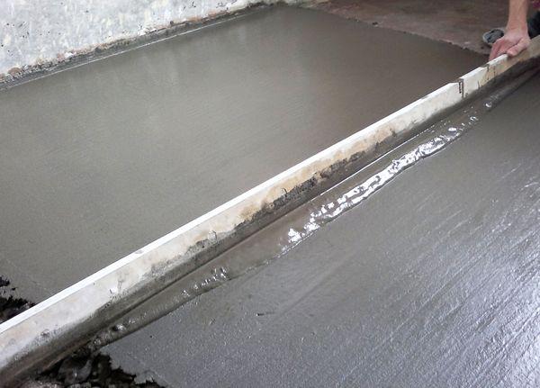 Самым распространенным методом выравнивания поверхностей считается цементно-песчаная стяжка