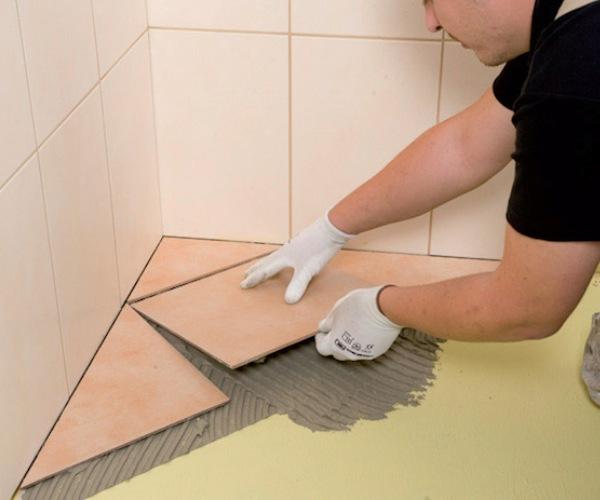 укладка плитки в ванной на пол