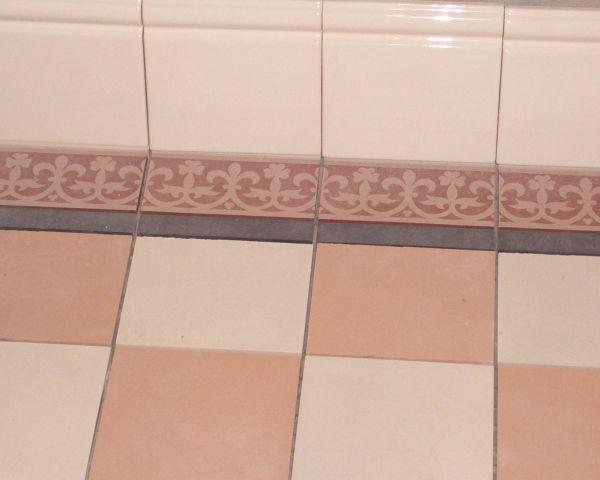 Бордюр в маленьких ваннах применяется в крайних случаях