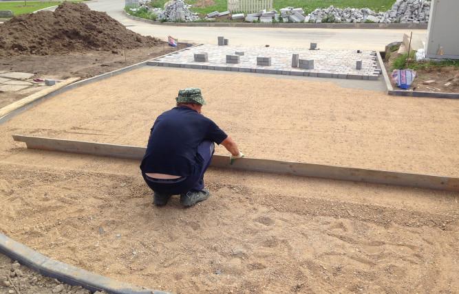 Выравнивание слоя песка