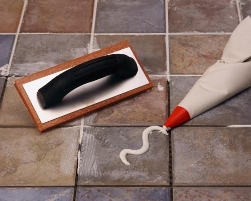 как затирать плитку на полу